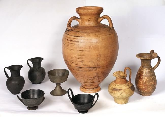 Asce e spiedi servivano per tagliare le carni e arrostirle for Vasi antichi romani